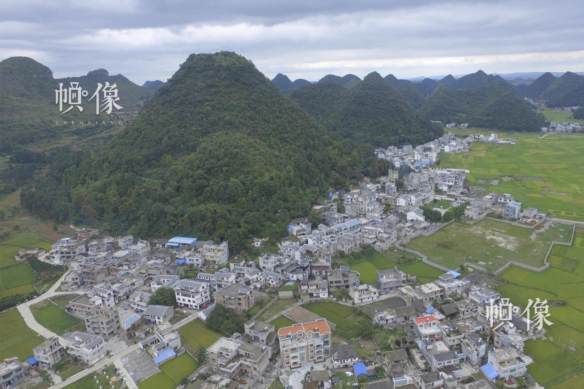 """安龙县是贵州省黔西南布依族苗族自治州的下辖县。安马村就坐落在这个拥有""""九山半水半分田""""的地方。安马村的成年人大多为了生计外出打工,把孩子留在农村家里,或者寄养在亲戚家中。中国网记者 吴闻达 摄"""