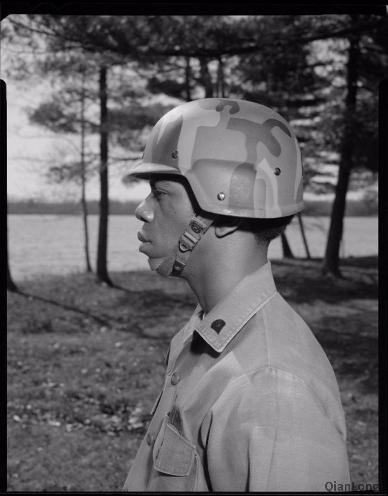 01.PASGT系統的頭盔(為了便於敘述,下文統稱為PASGT頭盔)採用了凱夫拉材料製造,能夠達到ⅢA級防彈標準。可以防禦破片和一定距離上的子彈直射,重量為1.41/1.91千克(ES碼/EL碼,ES-extra small,EL-extra large)。