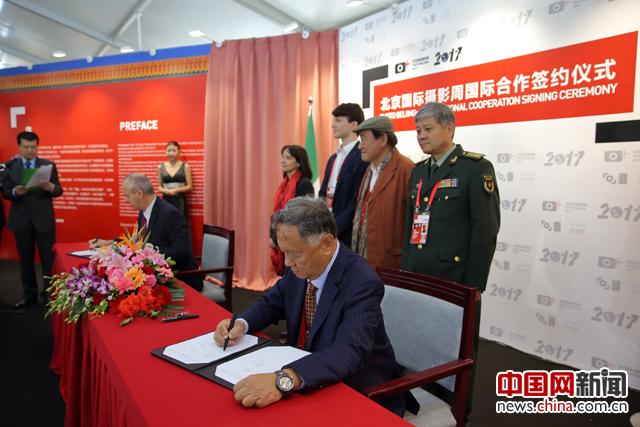 中国艺术摄影学会主席杨元惺代表北京国际摄影周组委会分别与意大利欧洲摄影节、乌克兰国家摄影家协会和巴西里约摄影节签订了合作备忘录。中国网记者 陈维松 摄
