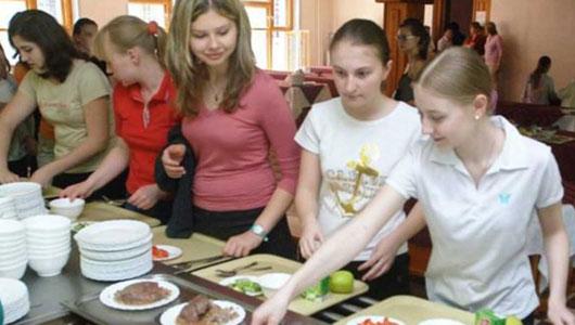 高校食堂再現'黑暗料理'?國外學校如何'抓住'學生的胃