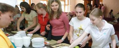 高校食堂再现'黑暗料理'?国外学校如何'抓住'学生的胃