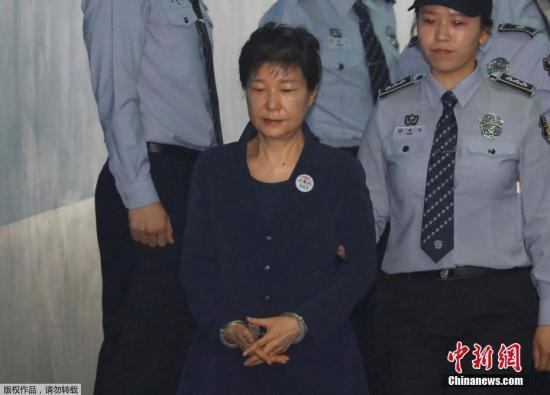 韩国首尔中央地方法院将于上午10点(北京时间上午9点)对前总统朴槿惠受贿案进行首场公审。图为朴槿惠被押送至法院。