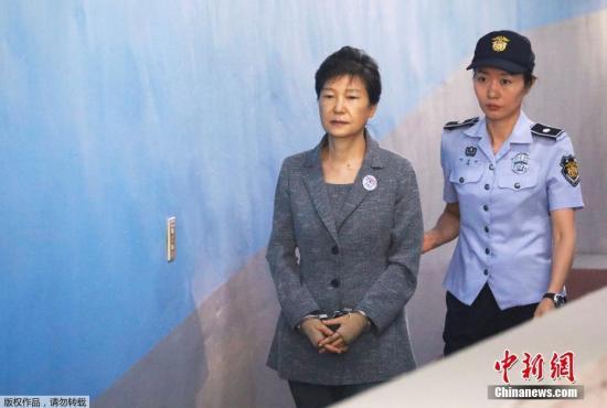 韩国法院当天下午对李在镕行贿案作出一审判决,认定李在镕为接班三星贿赂朴槿惠,此外还犯下贪污、作伪证等罪名,判刑5年。