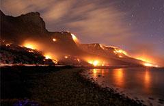 南非十二门徒山发生山火 火光映天[组图]