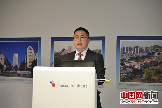 中共青岛市委宣传部常务副部长王为达介绍青岛发展情况