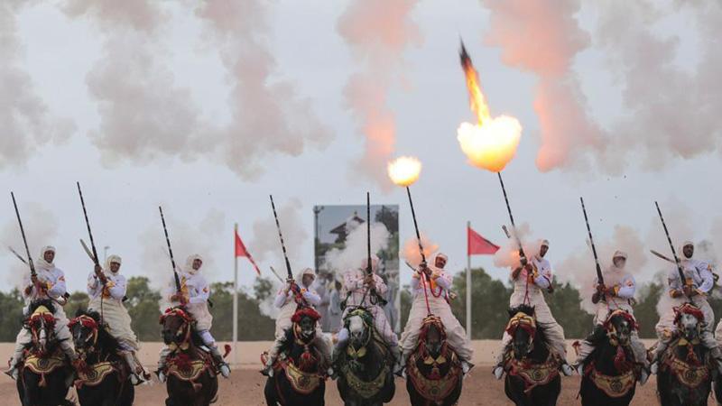 摩洛哥举行传统马术节 骑手集体马上开枪场面壮观