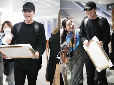 赵又廷现身机场被迷妹包围 收到粉丝礼物超开心