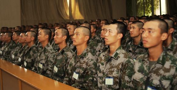 戰略支援部隊某部組織新兵收看十九大開幕