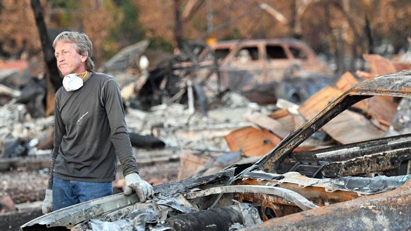 美国加州山火过后 民众凭吊家园在废墟中寻找记忆