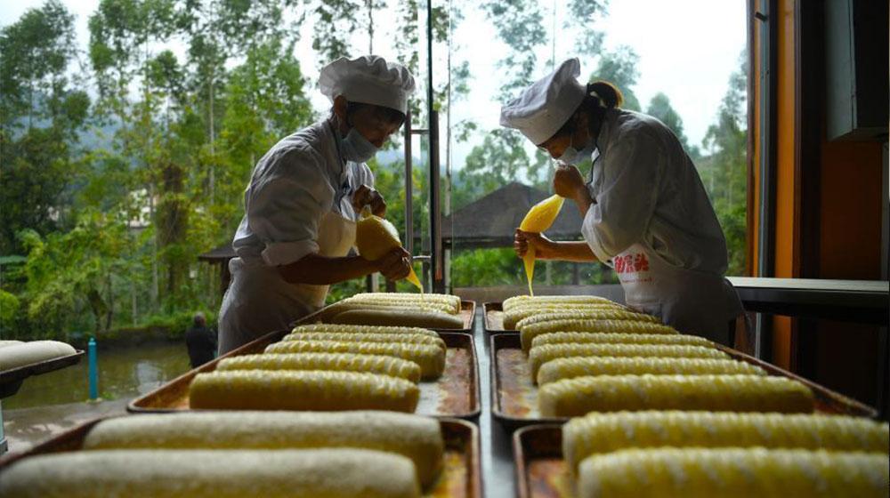 重慶1元巨型饅頭加工點 一天能賣上萬個饅頭