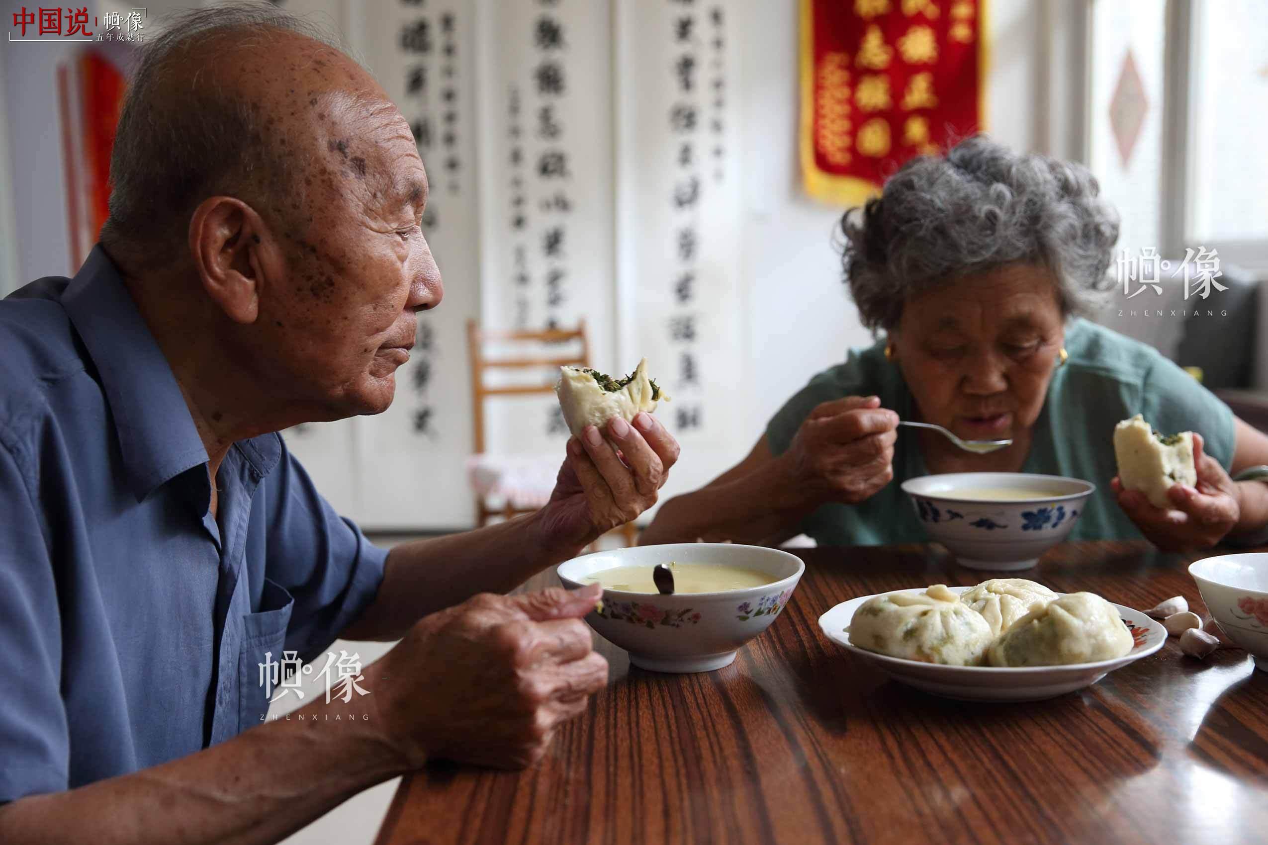 竹蚂蚁和着韭菜馅的包子,再加上杂粮粥,就是郑福来和老伴儿李春生简单的午餐。中国网记者 陈维松 摄