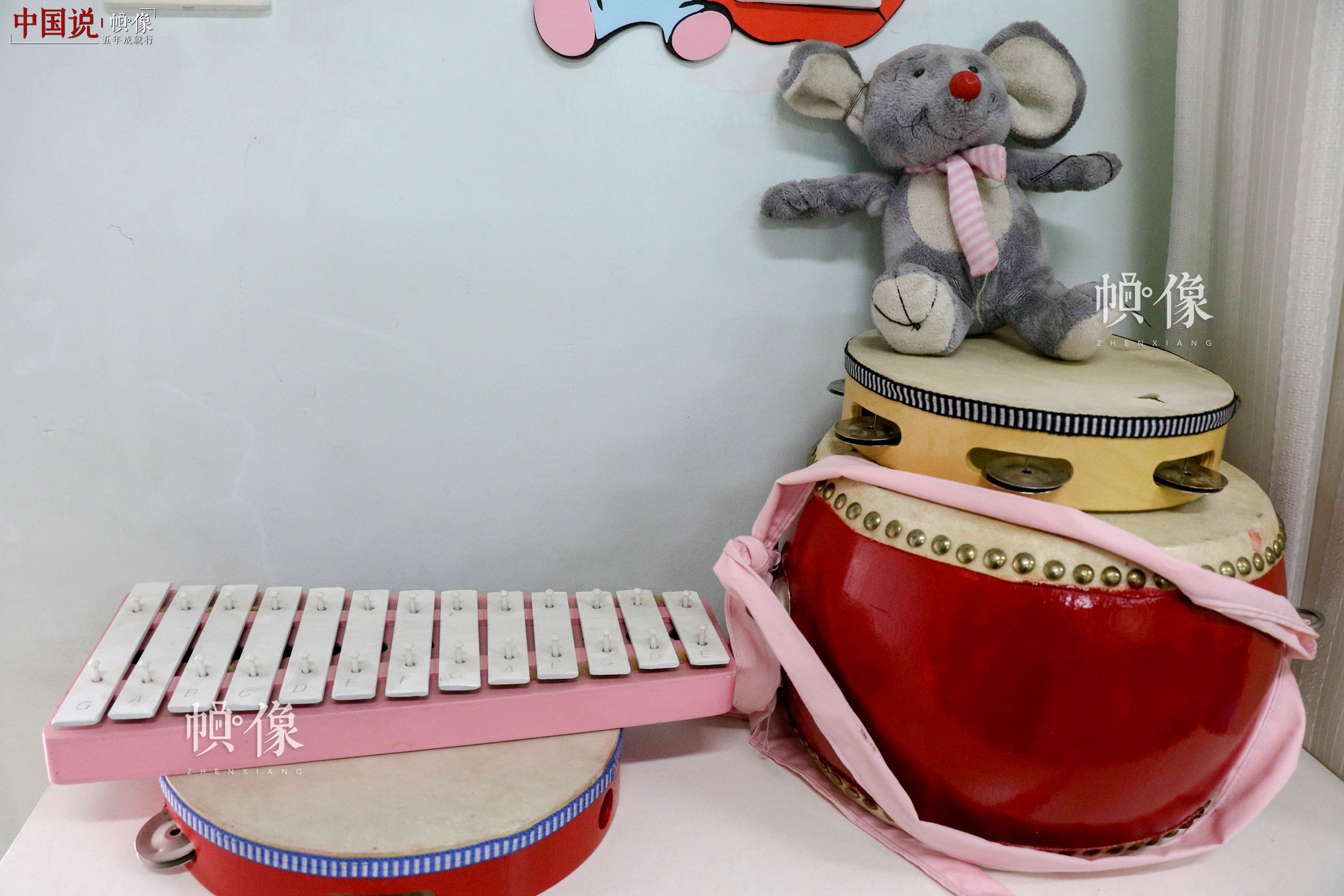 北京市天堂河女子教育矫治所团体活动室所摆放的乐器。中国网记者 赵超 摄