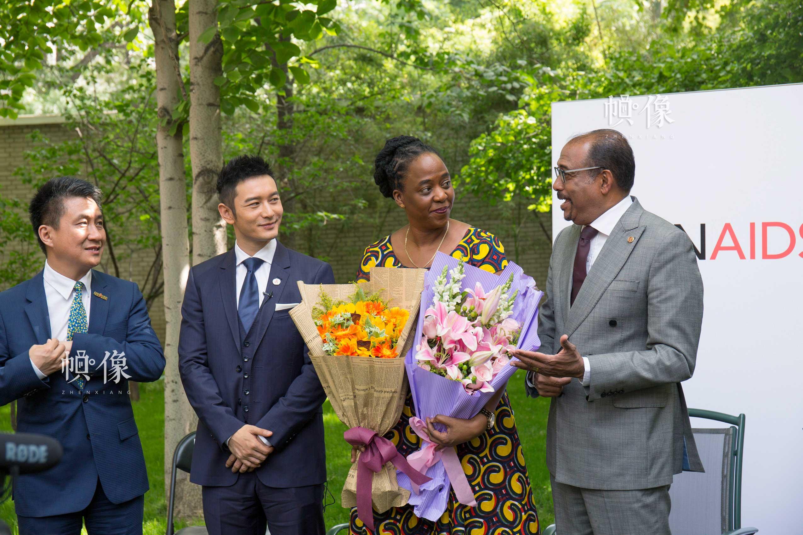 聯合國艾滋病規劃署駐華代表蘇凱琳博士接受獻花。中國網記者 高南 攝