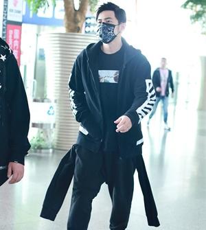 周杰伦一身黑装现身机场 口罩遮面健步如飞酷范足