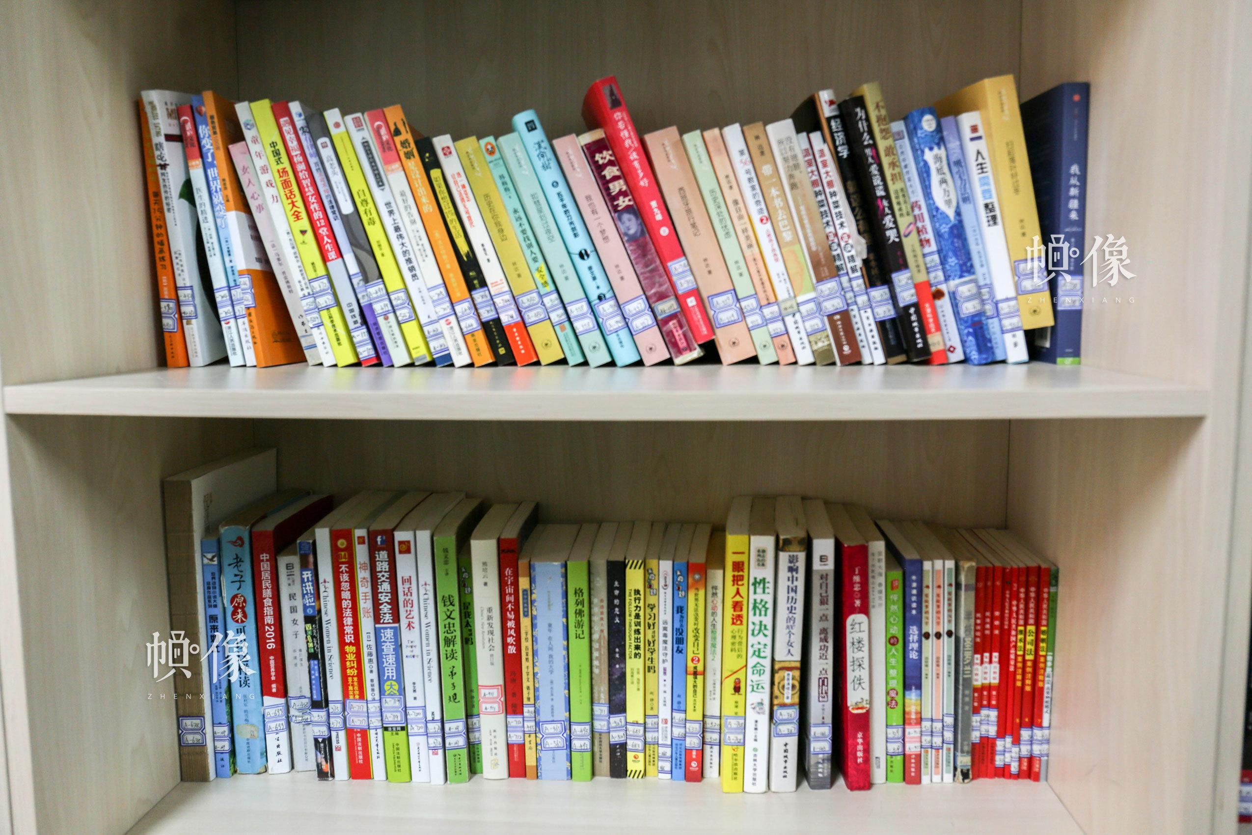 北京市天堂河女子教育矫治所设有图书阅览室供服刑人员阅读,图为阅览室的部分藏书。中国网记者 王梦泽 摄