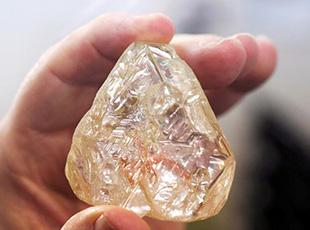 """超大鑽石亮相以色列 名為""""和平""""約為709克拉"""