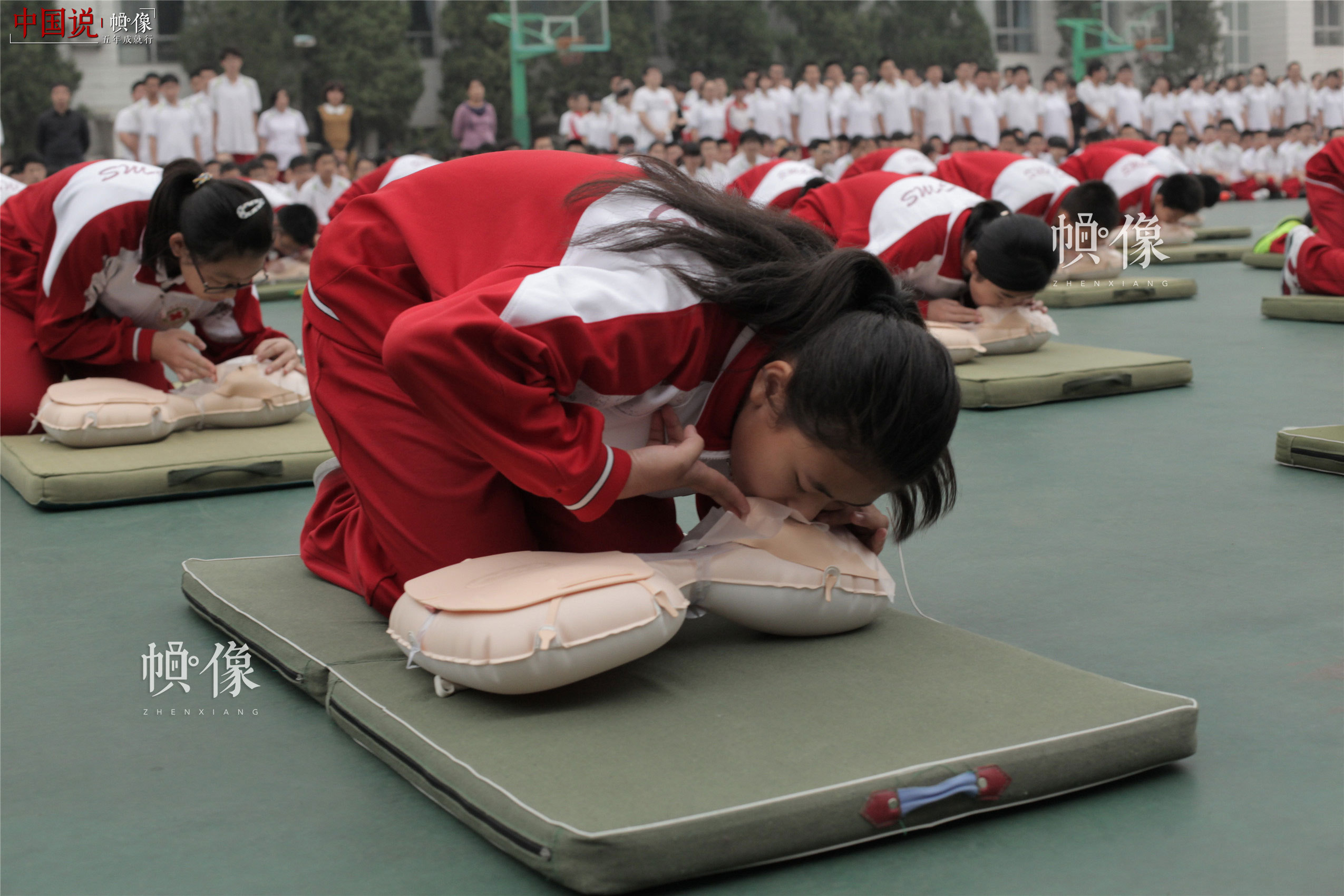 2014年9月22日,西城区44中学生进行心肺复苏术等应急救护技能大操练。(西城区红十字会供图)