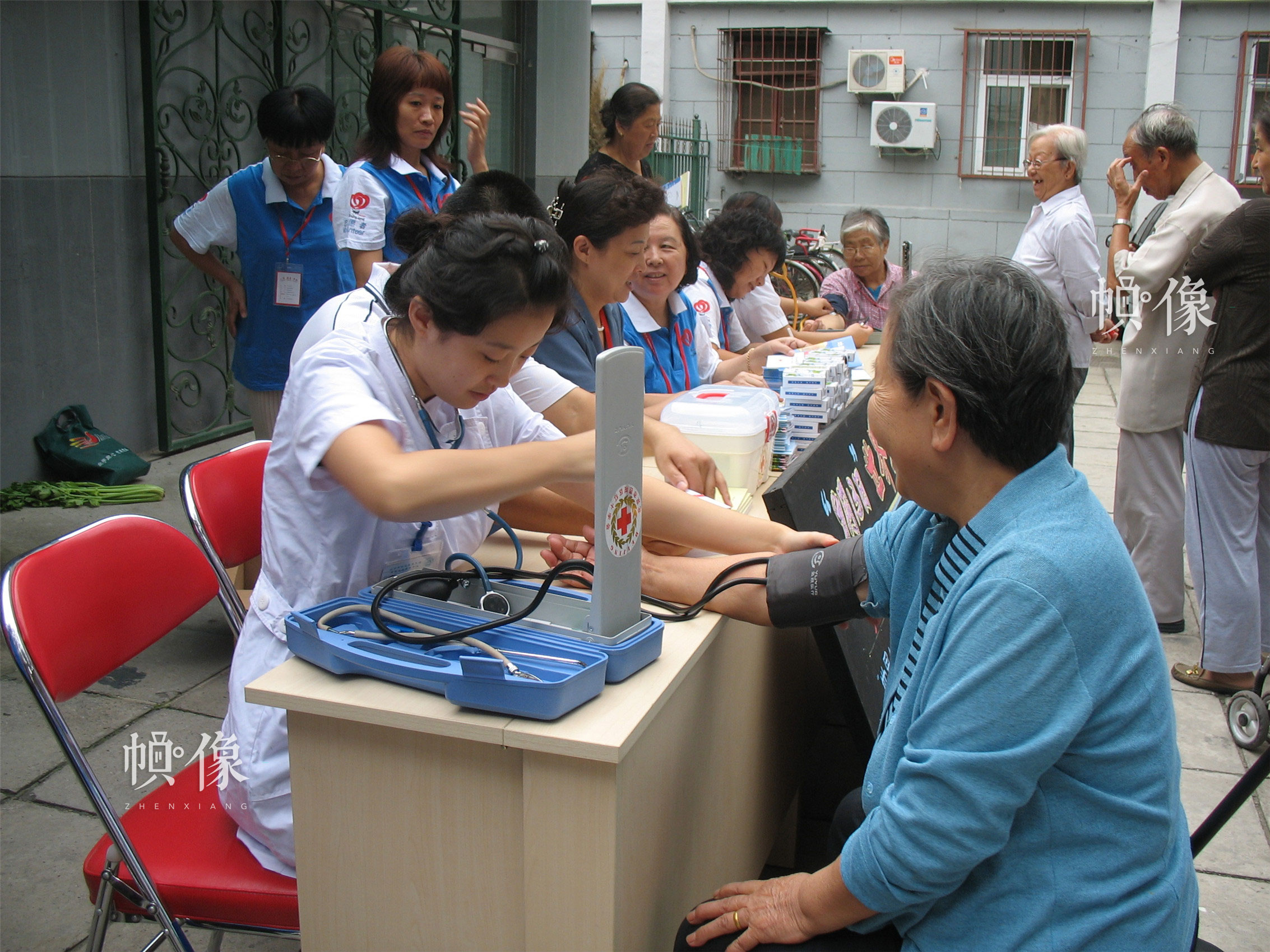 2008年9月13日,西城区红十字会志愿者为社区居民进行义诊。(西城区红十字会供图)