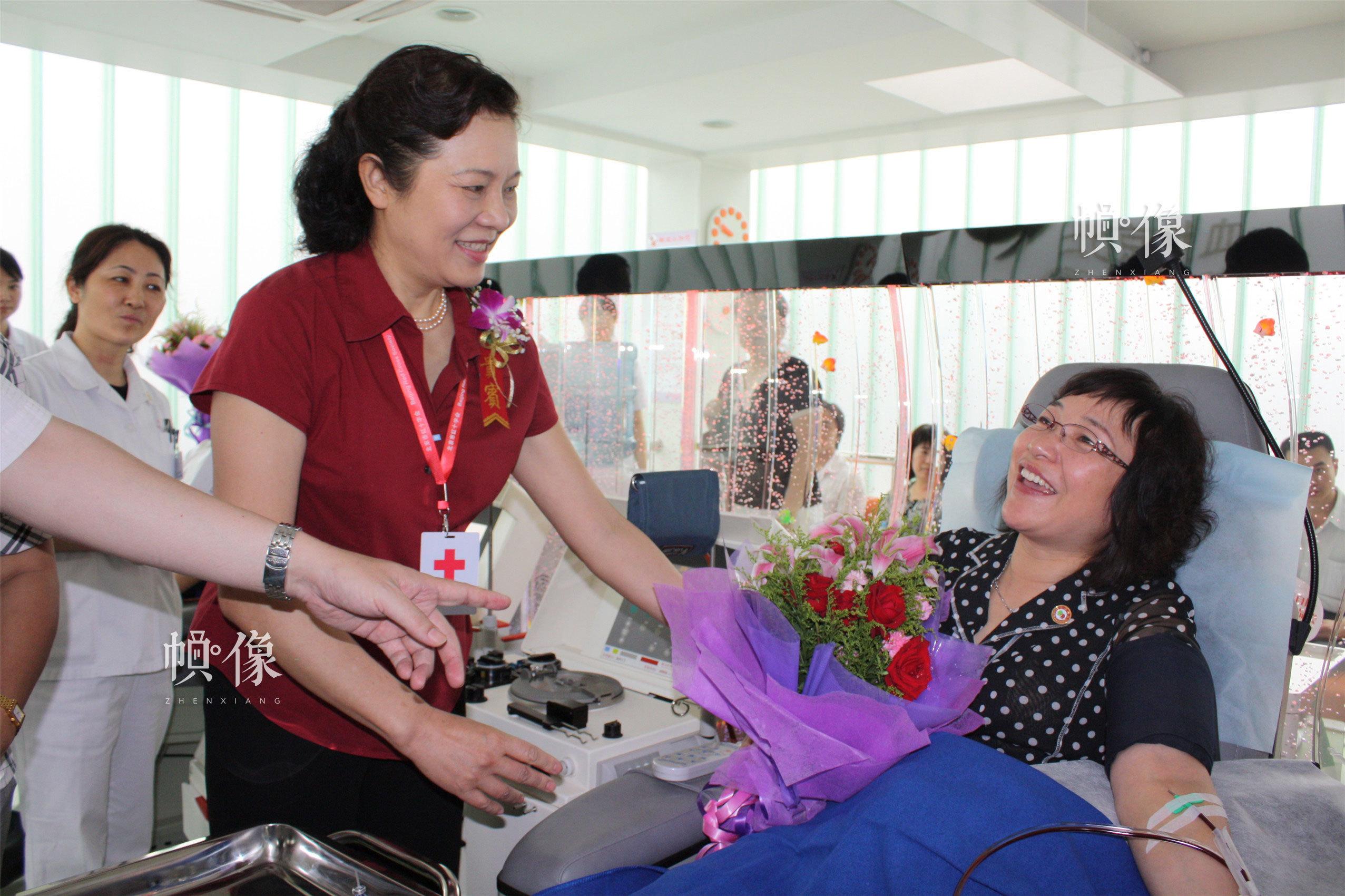 2010月6月12日,全市唯一的固定獻血屋——西單獻血屋啟用當日,時任北京市紅十字會常務副會長韓陸慰問無償獻血者。(西城區紅十字會供圖)