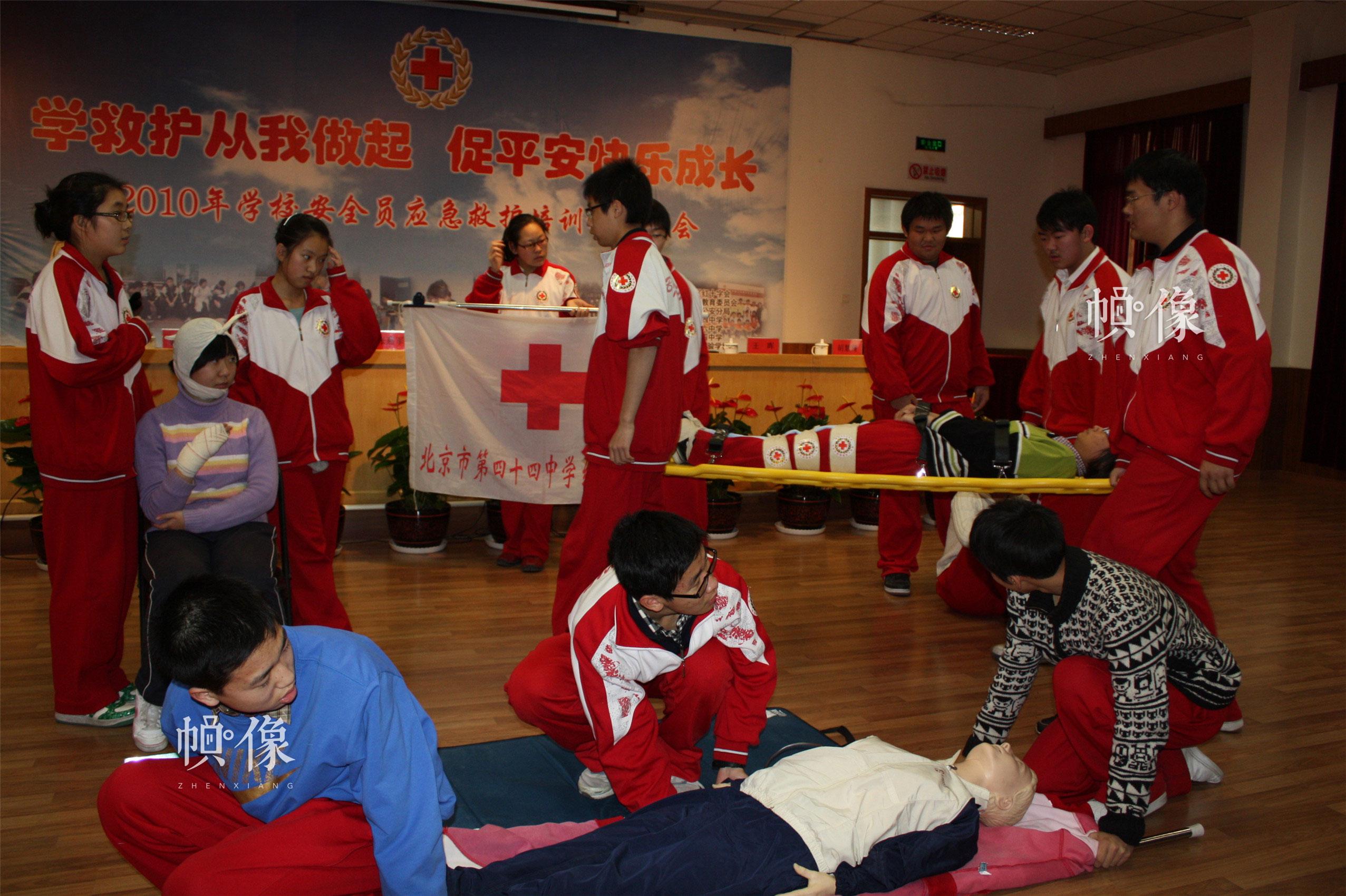 2010年12月14日,西城區紅十字會為全區中小學學生安全員進行應急救護培訓。圖為西城區44中學生進行救護技能演練。(西城區紅十字會供圖)