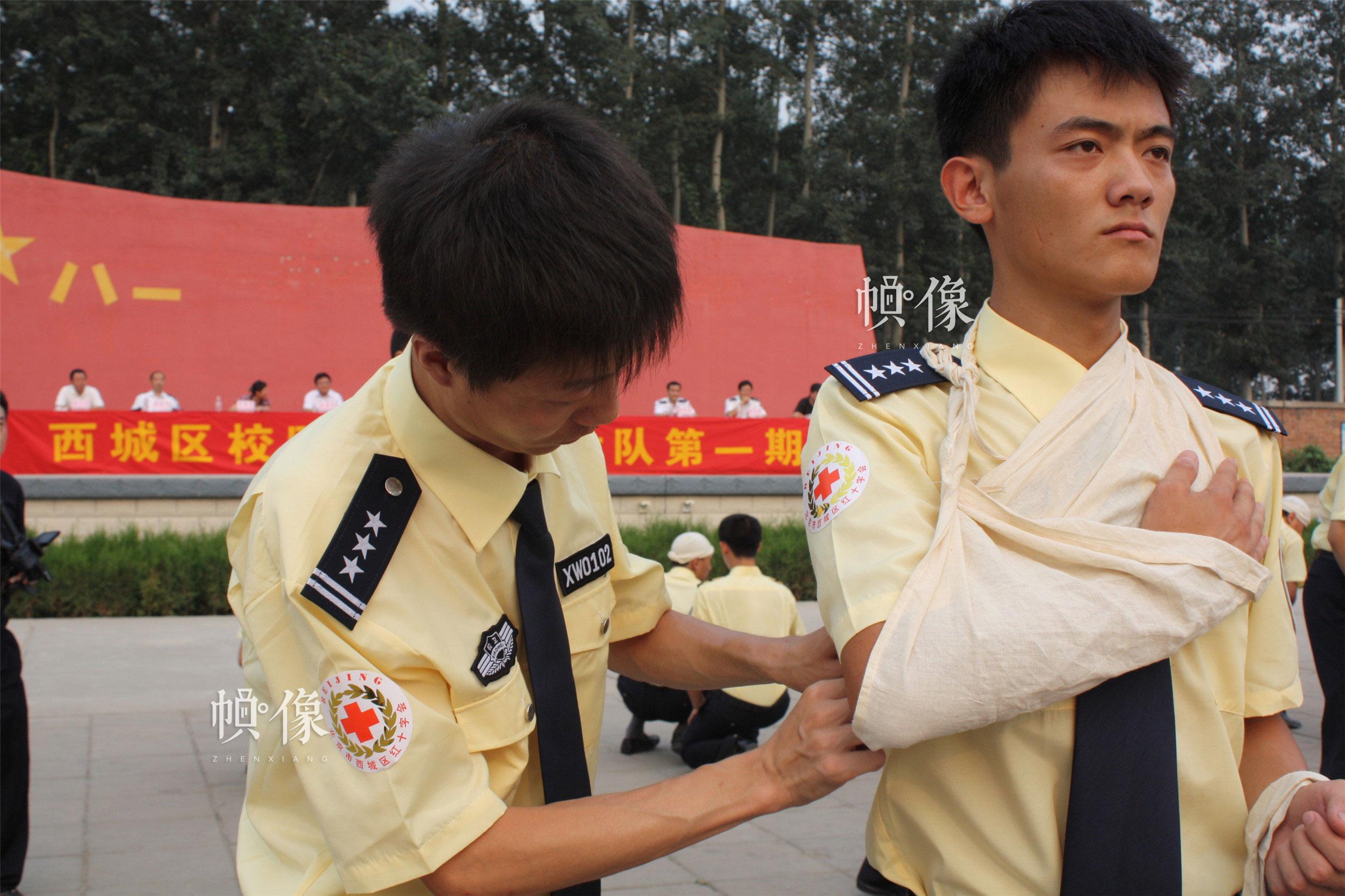 2010年8月3日,西城区红十字会为各中小学校设立的校园护卫队员进行应急救护培训。(西城区红十字会供图)