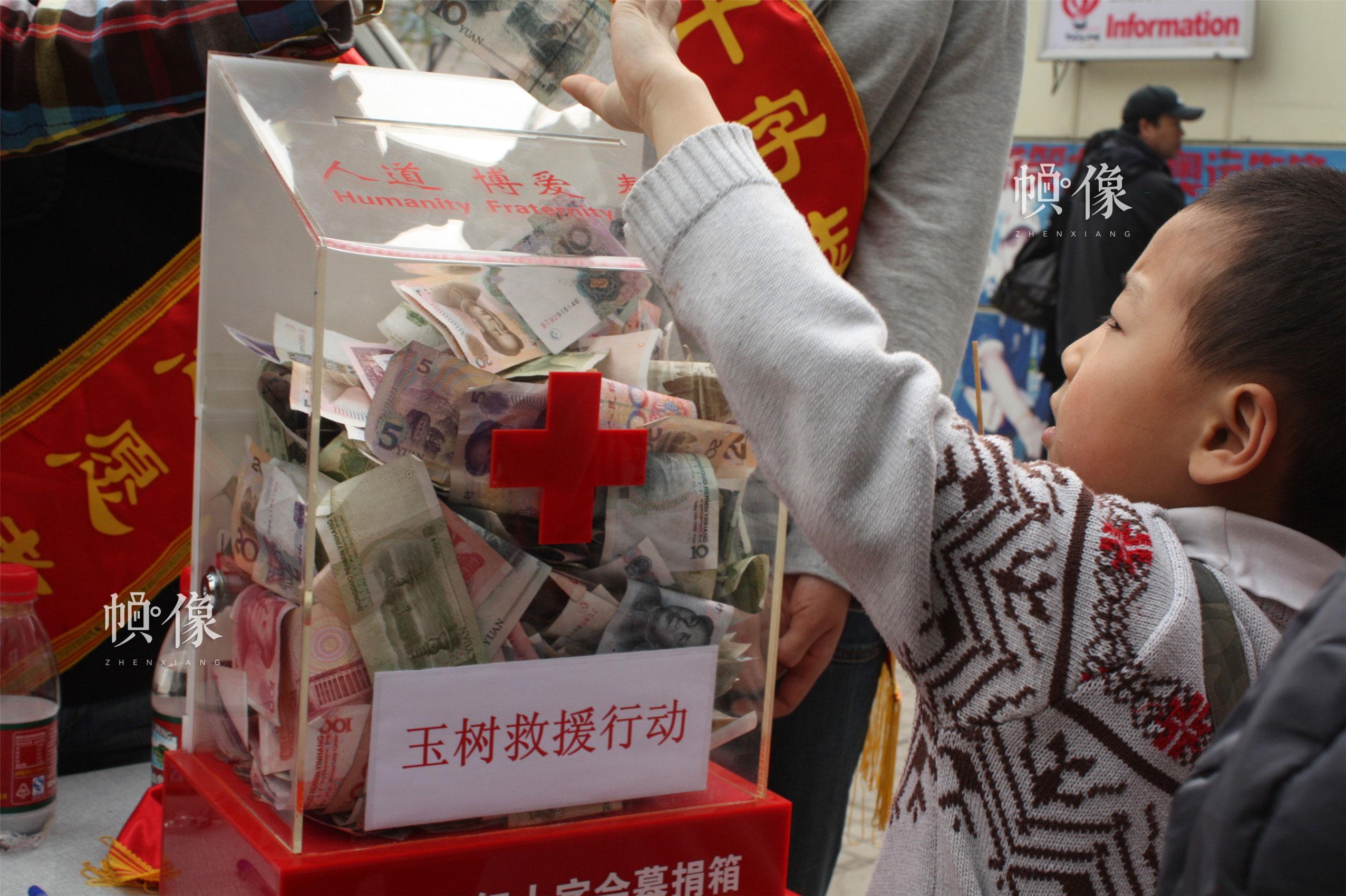 """2010年5月7日,西城區紅十字會開展""""五八""""紅十字日宣傳活動,紅十字志願者為市民進行街頭義診。(西城區紅十字會供圖)"""