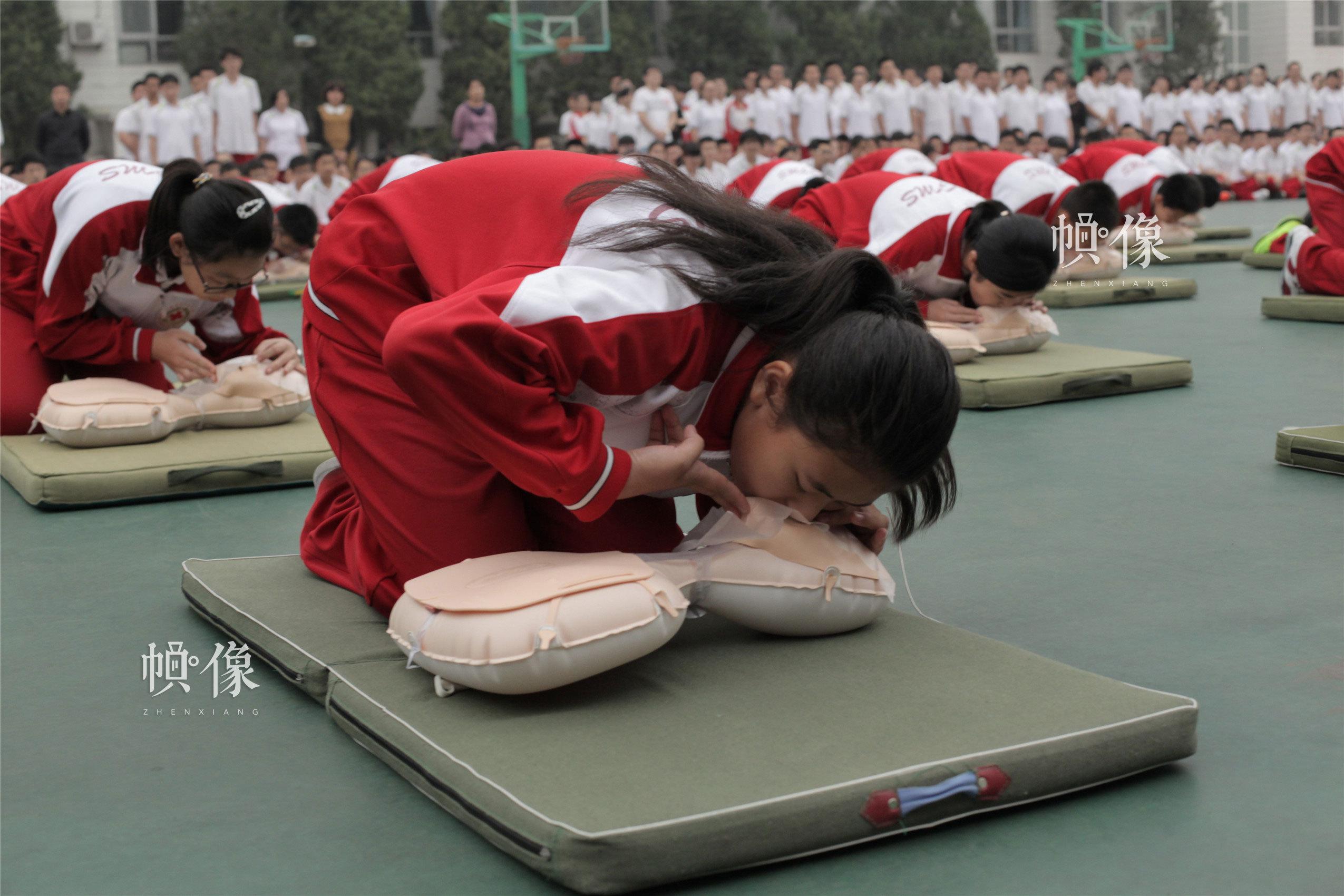 2014年9月22日,西城區44中學生進行心肺復蘇術等應急救護技能大操練。(西城區紅十字會供圖)