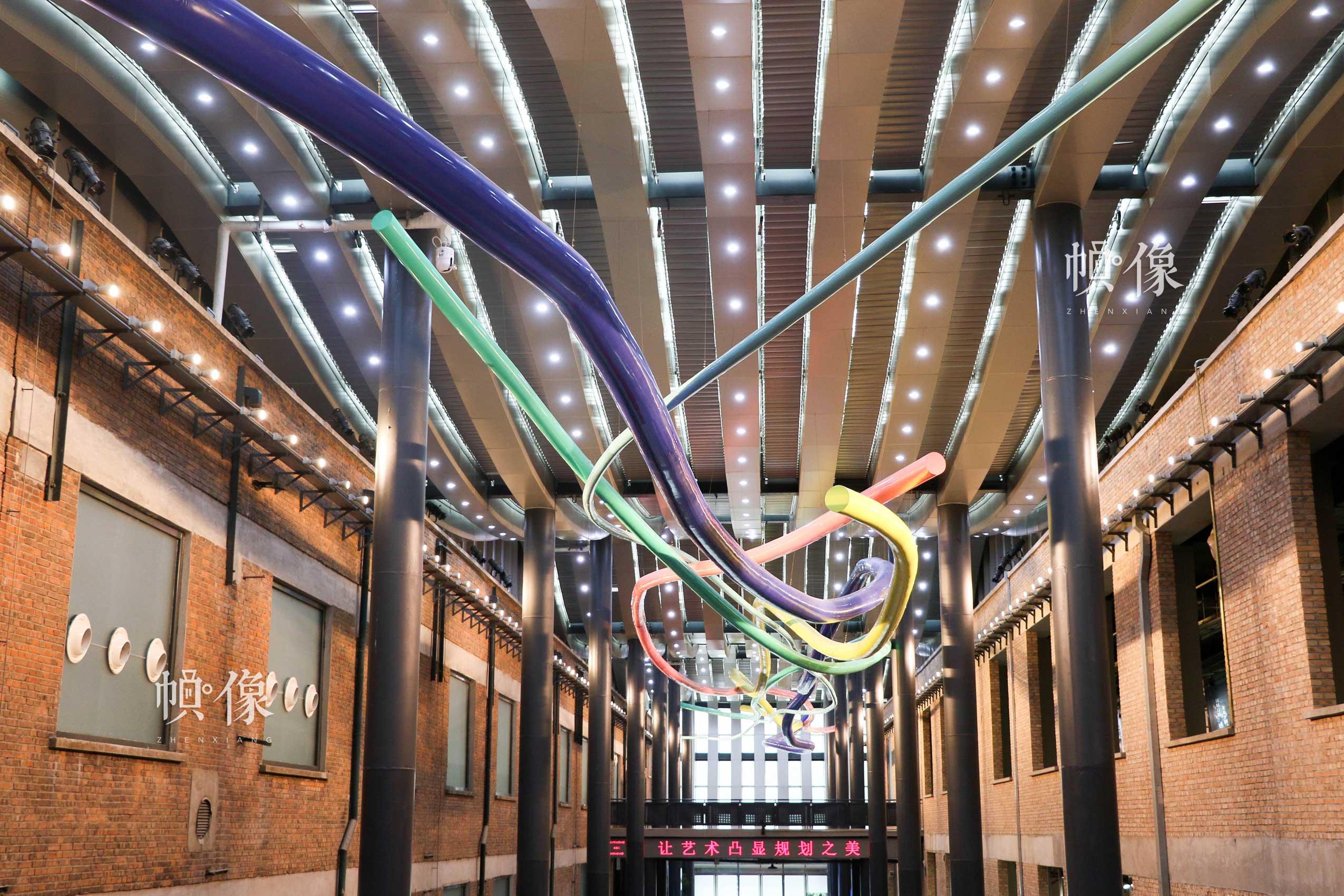 朝阳规划艺术馆主展区天花板上设计五条不同颜色线条,寓意奥运五环的五种颜色。中国网记者 赵超 摄