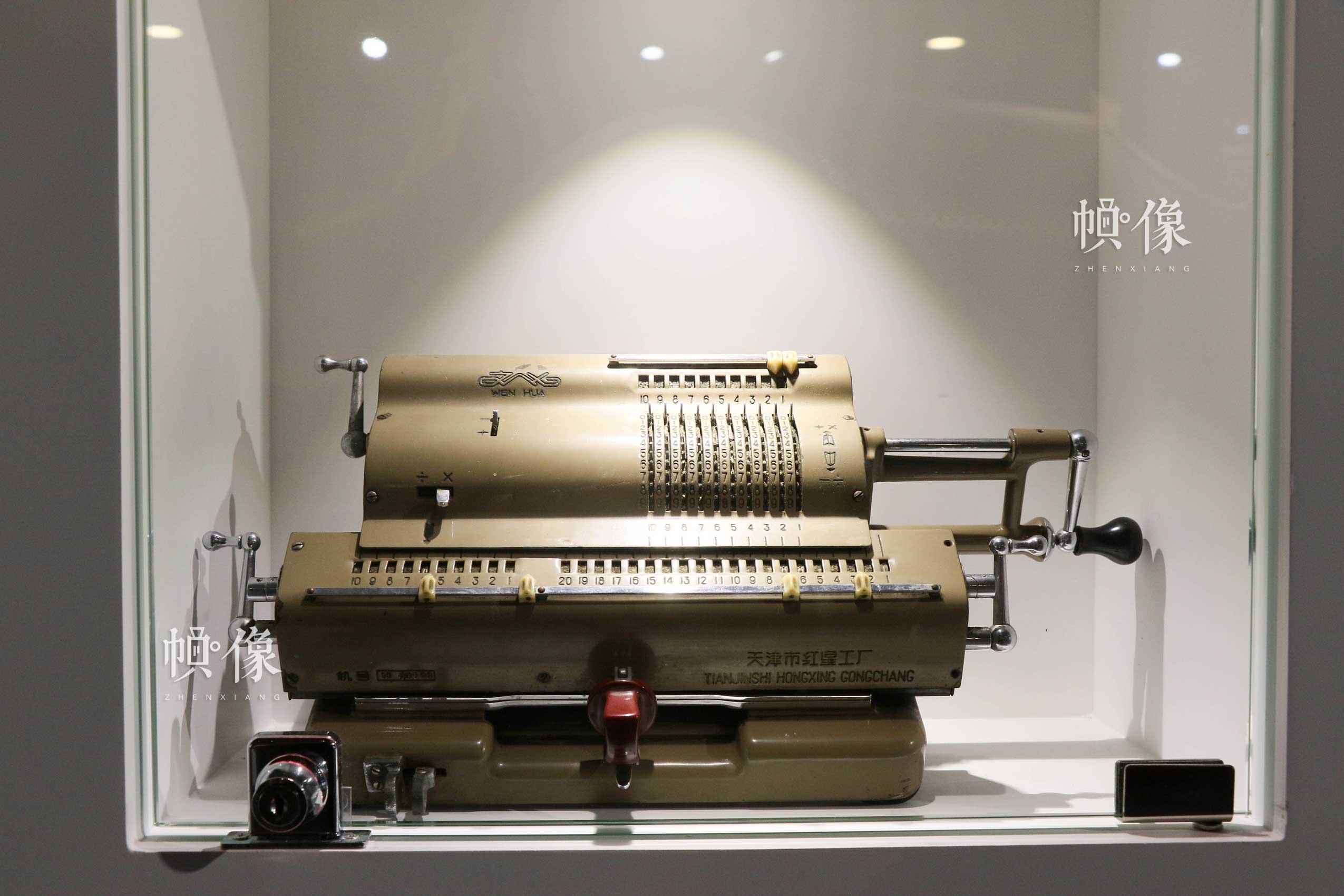 朝阳规划艺术馆主展区陈列旧式手摇计算机。中国网记者 赵超 摄