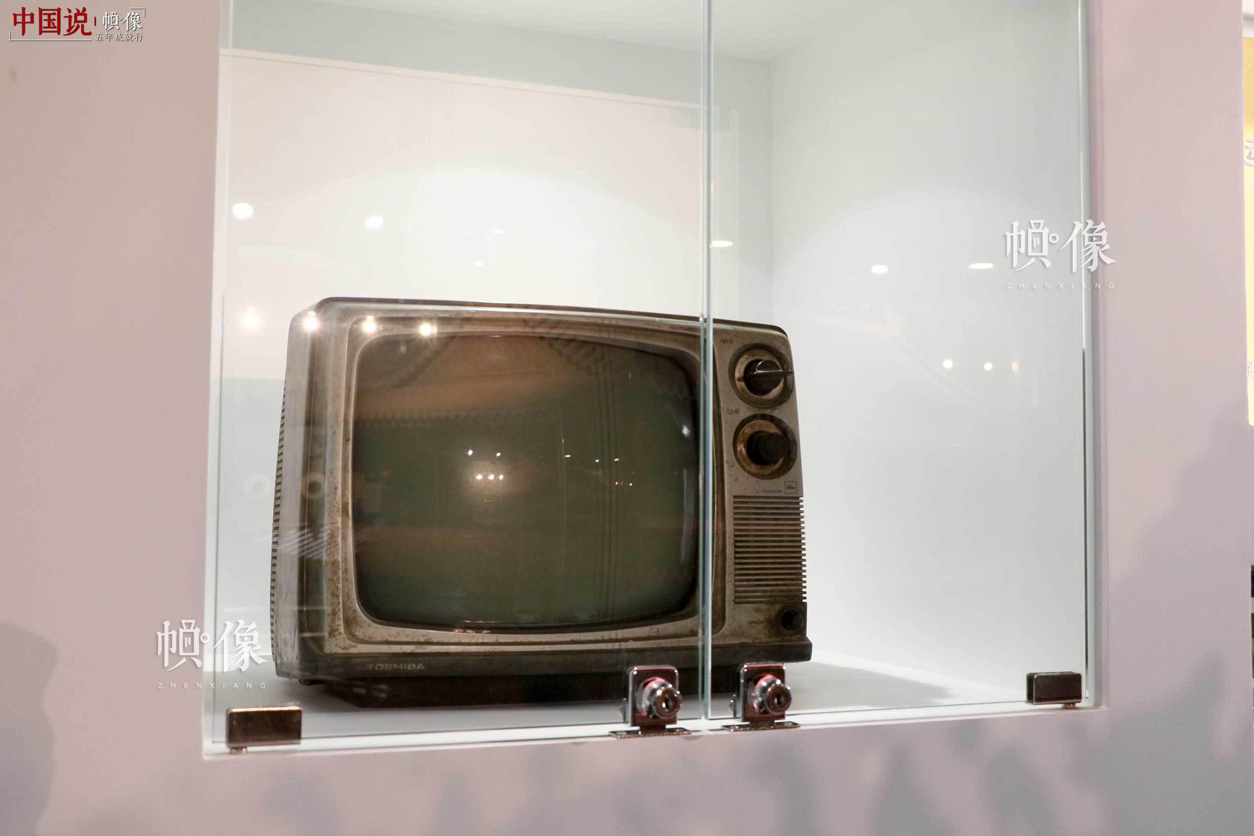 朝阳规划艺术馆主展区陈列旧式电视机。中国网记者 赵超 摄