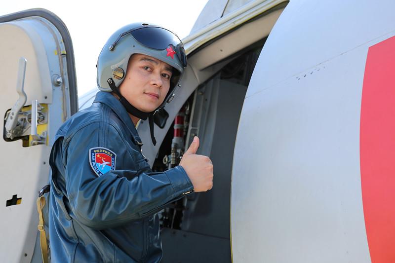 刘锐登上战机准备驾机升空 沈玲摄