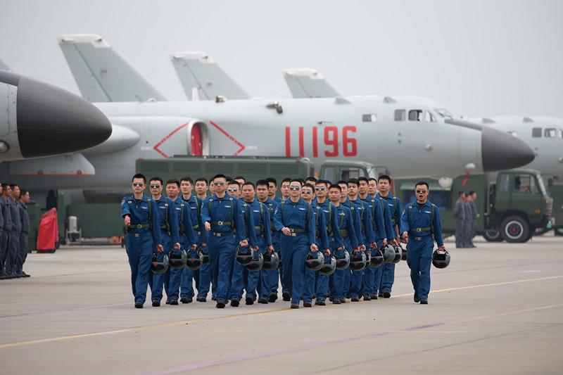 轰-6K机群整齐列队,飞行人员整装待发