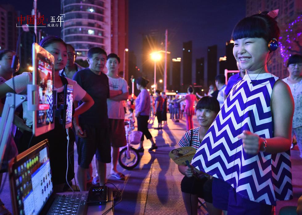 第26期:【中国说·世相】街头直播卖唱养家的8岁女孩