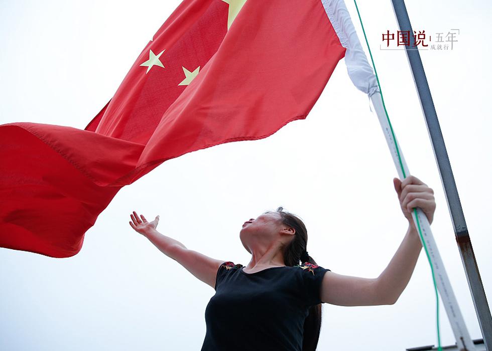 第19期:【中国说·世相】退伍五年,她坚持每天升国旗
