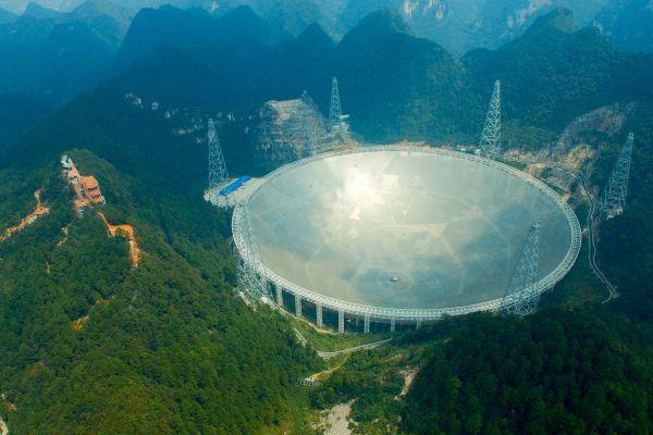 """中科院国家天文台10月10日宣布,""""中国天眼""""发现2颗新脉冲星,距离地球分别约4100光年和1.6万光年。"""