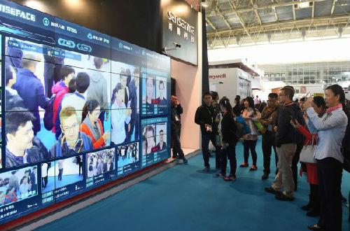 资料图片:观众在2016年中国国际社会公共安全产品博览会上观看人脸识别技术展示。 新华社