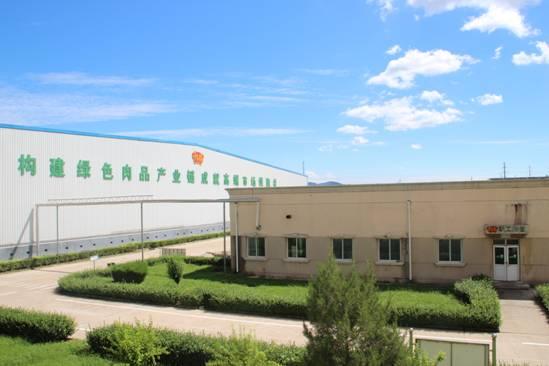 北京千喜鹤食品有限公司屠宰车间全套引进德国伴斯屠宰生产线、韩国好烤克分割生产线,采用HACCP、ISO9001:2015等管理体系实行全过程控制,采用先进设备,实行同步检疫、两段冷却排酸等先进工艺流程。建有现场监控系统、生猪溯源系统和现代化实验室全面检测危害物质,确保产品质量合格。 北京千喜鹤食品有限公司曾先后获评全国农产品加工业示范企业、北京市农业产业化重点龙头企业、全国猪肉安全生产与消费行动计划示范企业、中国肉类行业影响力品牌、北京2008年奥运会冷鲜猪肉及猪肉制品独家供应商。 附