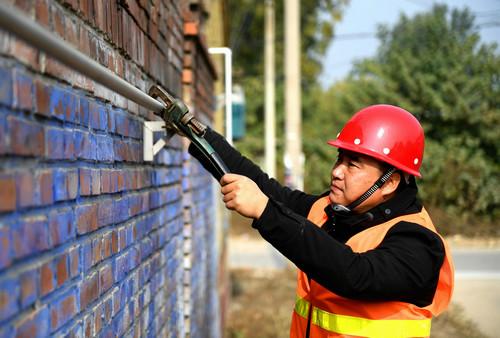 资料图片:11月2日,在香河县安平镇谢屯村,工作人员在安装燃气管道。新华社记者 王晓 摄