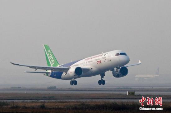 11月8日早晨7时46分,中国商飞C919客机从浦东机场第四跑道起飞。中新社记者 殷立勤 摄