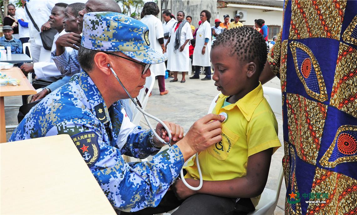 11月9日,在馬普托殘障人學校,中國海軍和平方舟醫院船腎臟病科專家為孩子們進行診療服務。江山 攝