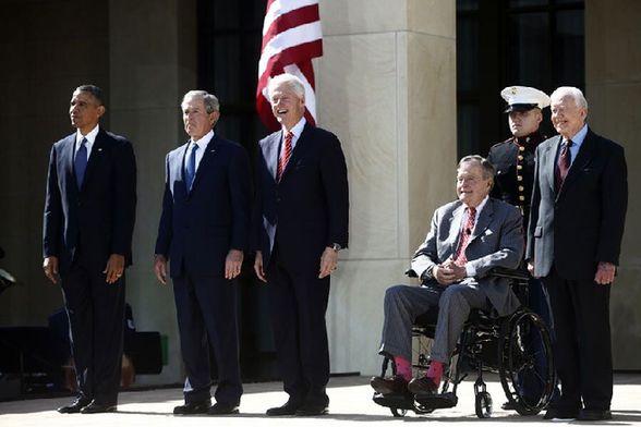 当地时间2013年4月25日,美国时任总统奥巴马、前总统小布什、克林顿、老布什和卡特罕见聚首,出席小布什图书馆开幕式。