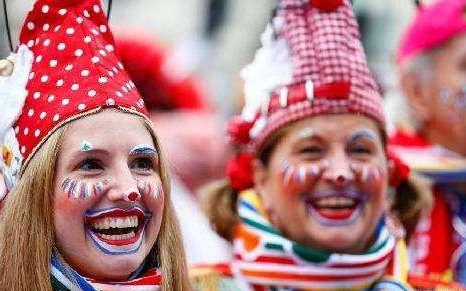 德国科隆狂欢节拉开帷幕 奇装异服满大街