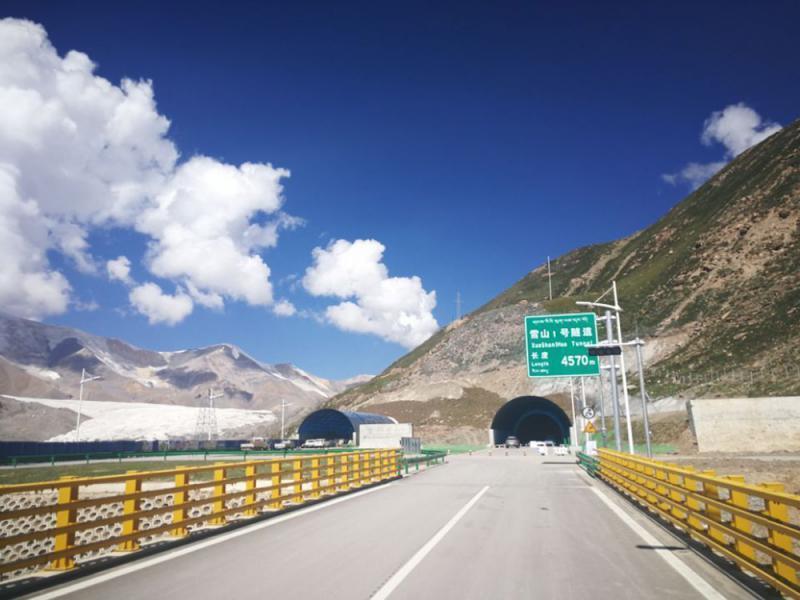 """世界已建成海拔最高公路隧道""""雪山一号""""通车"""