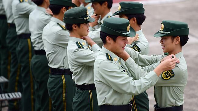 公安边防部队2017年入警大学生举行授衔仪式