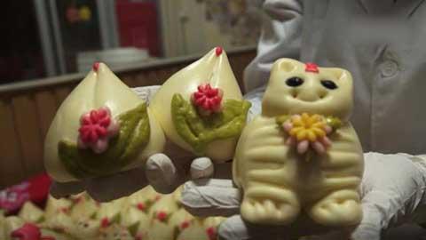 为了吸引小朋友好好吃饭,他们还创作了小动物造型的馒头,小老虎虎虎生