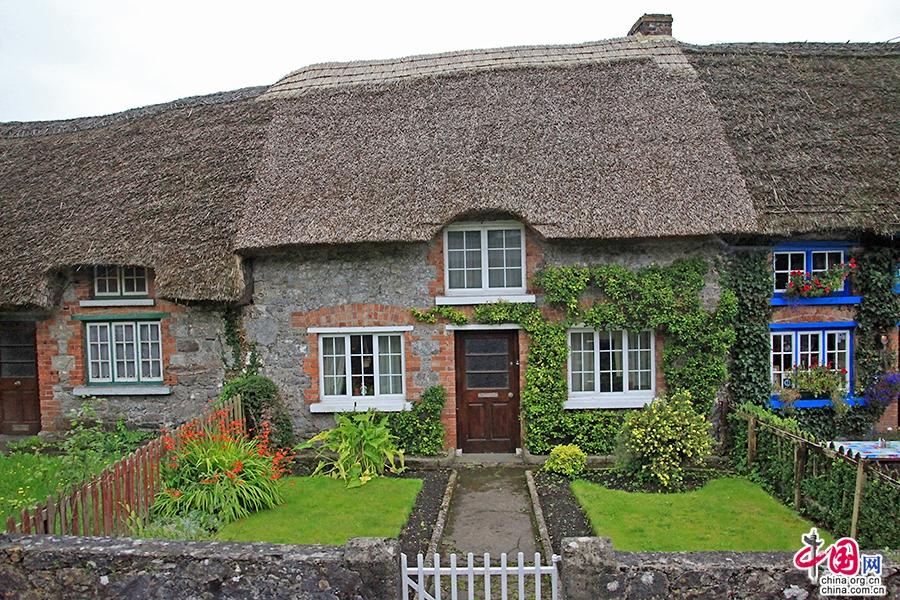 阿黛尔小镇以美丽的茅草屋而闻名