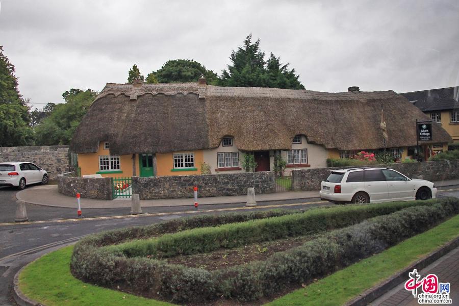 阿黛尔小镇颇具特色的的茅草屋