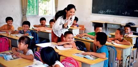 特岗教师_这是9月4日,特岗教师黄妮娜(中)在保亭县保城镇西坡小学教课郭程摄
