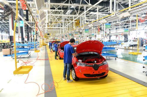 资料图:江苏如皋经济技术开发区陆地方舟纯电动汽车生产线上的工人图片