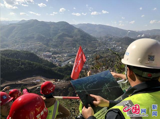 大董公路一工区项目经理姚立伟向记者介绍大河特大桥。图/渠津摄